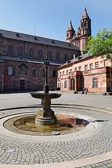 Worms - Der Brunnen am Schlossplatz