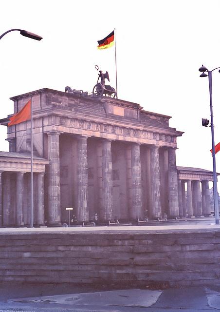 """Berlin (D) Janvier / Januar 1971. Le """"Mur"""" à la Porte de Brandebourg... (Diapositive numérisée)."""