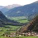 Blick vom Malser Höhenweg hinab nach Laatsch         und ins Münstertal (Val Müstair)