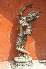 Maya Devi. Au bord du bassin du Ghyoilisang Peace Park, Boudhanath = Bodnath, à côté de Kathmandu (Népal)