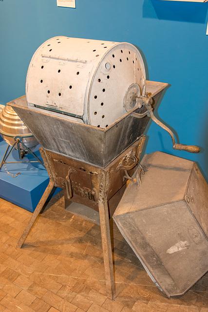 """(195/365) J. A. John's """"Volldampf"""" - Waschmaschine mit Ofen für zwei Personen"""