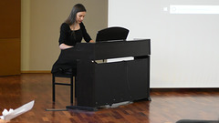 Mia filino Yasna ludas pianon dum sia promocia mezlerneja ceremonio