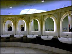 AbuDhabi : qui vediamo i lavandini per l'igiene delle mani e i relativi asciugatori elettrici