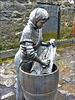 Isole Faroe - scultura in onore alle donne che lavorano il merluzzo da essicare - (475)