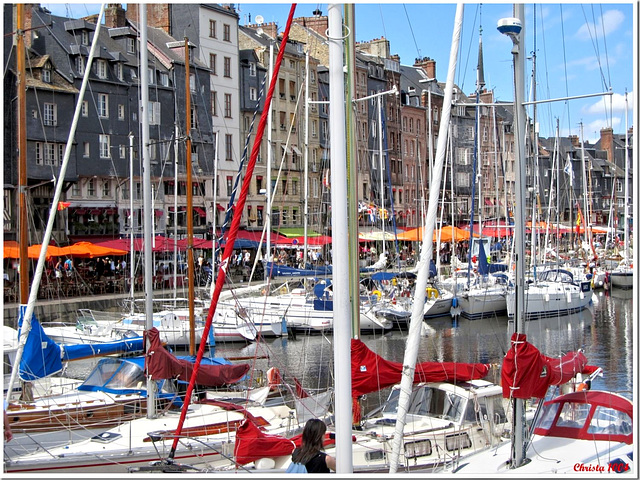 Close together: houses and boats at Quai Ste Catherine