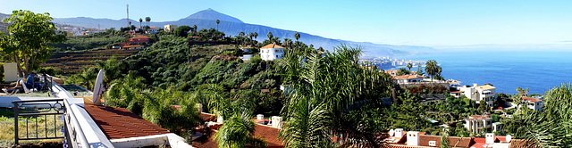Blick vom Hotel nach Westen zum Teide und über Puerto de la Cruz der Küste entlang. ©UdoSm