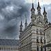 Bedrohlicher Himmel über dem Rathaus von Leuven