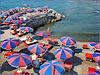 Il mare di Genova con i suoi ombrelloni rosso/blu