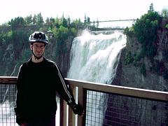 C'est mon fils et ce sont les chutes Montmorency à Québec !