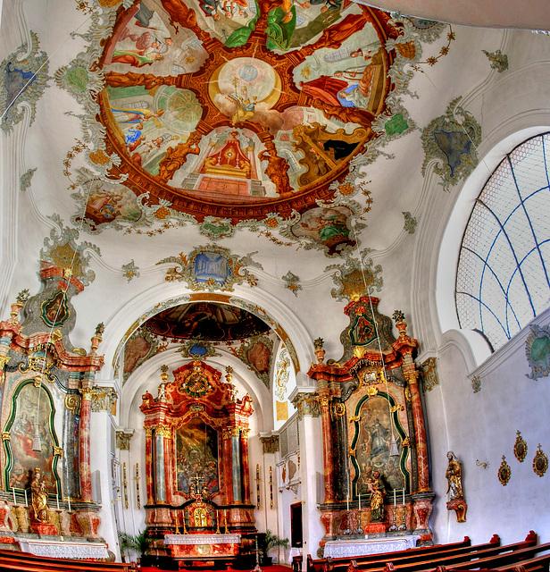 Heilig Geist Spital Kirche in Füssen. Altar mit Seitenaltären.  ©UdoSm