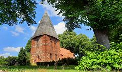 Kirche in Börzow mit Holzschindeln