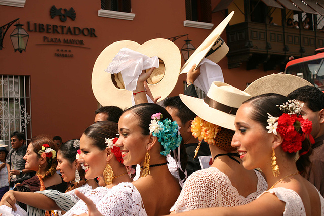 Danseurs de Marinera, à Trujillo (Pérou)
