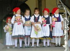 Knabinetoj el la folklora ensemblo Úsviťáček el České Budějovice
