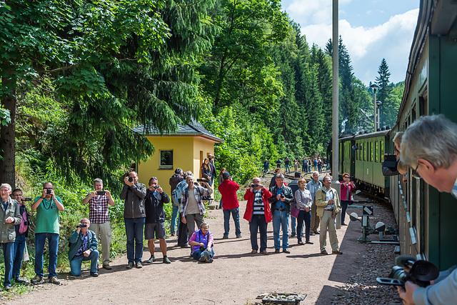 Die Fotografen warten den Zug