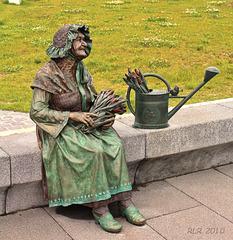 Schwerins legendäre Blumenfrau ... Happy Bench Monday!
