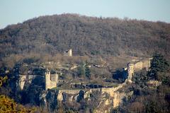 Crémieu (38) 6 janvier 2017. La colline Saint-Hippolyte et ses fortifications.