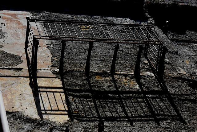 Hauswand mit Balkongerüst