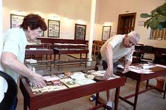 Fininstalo de la tablovitrino pri d-ro Zamenhof sur kolektmaterialoj