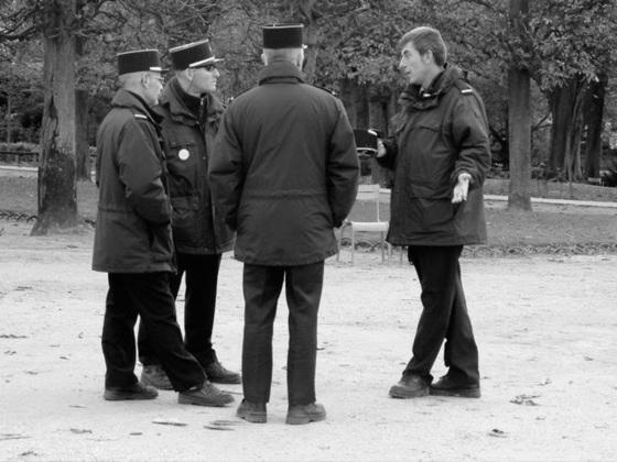 Paris - allez les gars, mettez chacun trois euros, j'achète de la bibine...