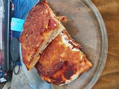 Selbstgemachte Salami-Eier-Pizza