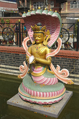 Au bord du bassin du Ghyoilisang Peace Park, Boudhanath = Bodnath, Kathmandu (Népal)
