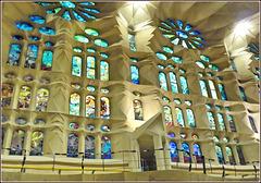 Barcellona : vista interiore laterale della Sagrada Familia