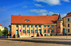 Bützow, das Krumme Haus mit dem blauen Zaun