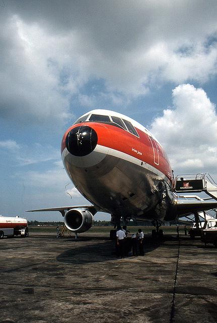 Singapur Airport 1981 McDonnell Douglas DC-10 der Fluggesellschft GARUDA, vor dem Start nach Kuala Lumpur