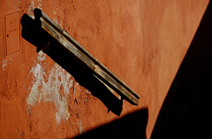 Geländer an roter Wand