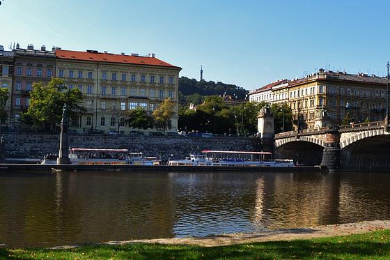Ze Střeleckého ostrova - Janáčkovo nábřeží, Most Legií, Malostranské nábřeží, zdymadlo, socha Vltavy