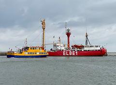 Das Feuerschiff ELBE1 und ein Ausflugsschiff in Cuxhaven