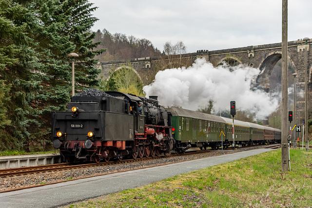 Sonderzug der Ulmer Eisenbahnfreunde mit 58 1111-2 im Bahnhof Hetzdorf