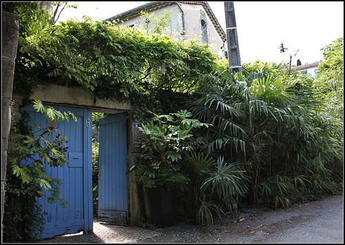une porte bleue