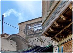 Tunisi : Grovigli di fili nella parte più vecchia della Medina.