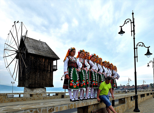 Bulgarische Folkloregruppe vor der alten Windmühle von Nessebar am Schwarzen Meer