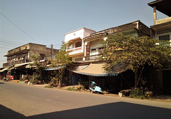 Scooter sous balcons / Laotian sccoter below balconies