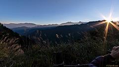 Im Alishan-Gebirge: die Sonne kommt über den Bergkamm