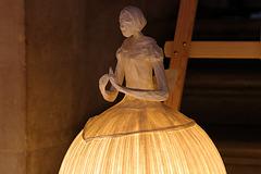 Sculpture lumineuse en papier de lin plissé  , exposée à l'Opéra