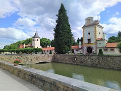 Enirejo al la renesanca kastelo Kratochvíle (Suda Bohemio)