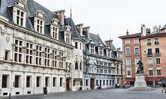 Grenoble (38) 15 octobre 2015. L'ancien palais du Parlement Dauphinois et la statue de Bayard.
