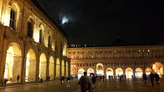 .E la luna..fece capolino sulla Piazza Maggiore!!