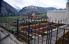 Friedhof am Kloster Disentis, im Hintergrund der Taleinschnitt richtung Lukmanierpass