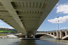 Sous le pont Raymond Barre coule le Rhône...
