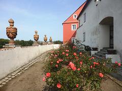 Rozĝardeno de la renesanca domo U koulí (Ĉe kugloj) en Písek kun la mezepoka urba remparo