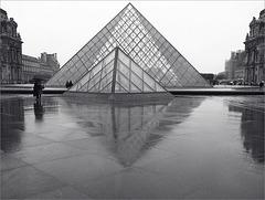 La Pyramide du Louvre un jour de pluie
