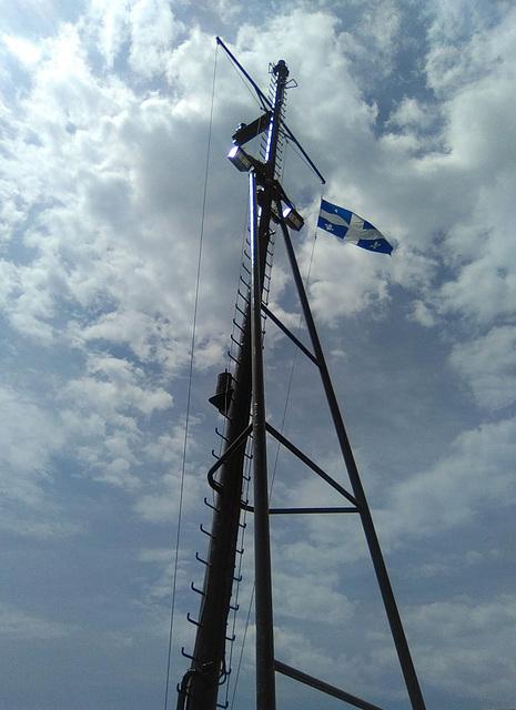 Fleurdelysé en torticolis de traversier /  Quebec flag on ferry stiff neck angle