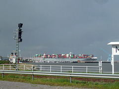 Grosse Pötte fahren an Cuxhaven vorbei
