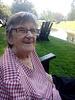 Grandma im Park auf Sonnenstuhl am Wasser