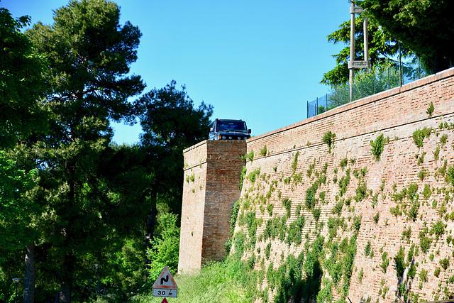 Monbaroccio 2017 – City wall and car
