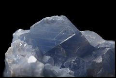 Calcite bleue - Cristal avec lignes de clivage